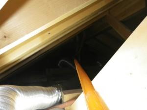 屋根裏配線引き込み中